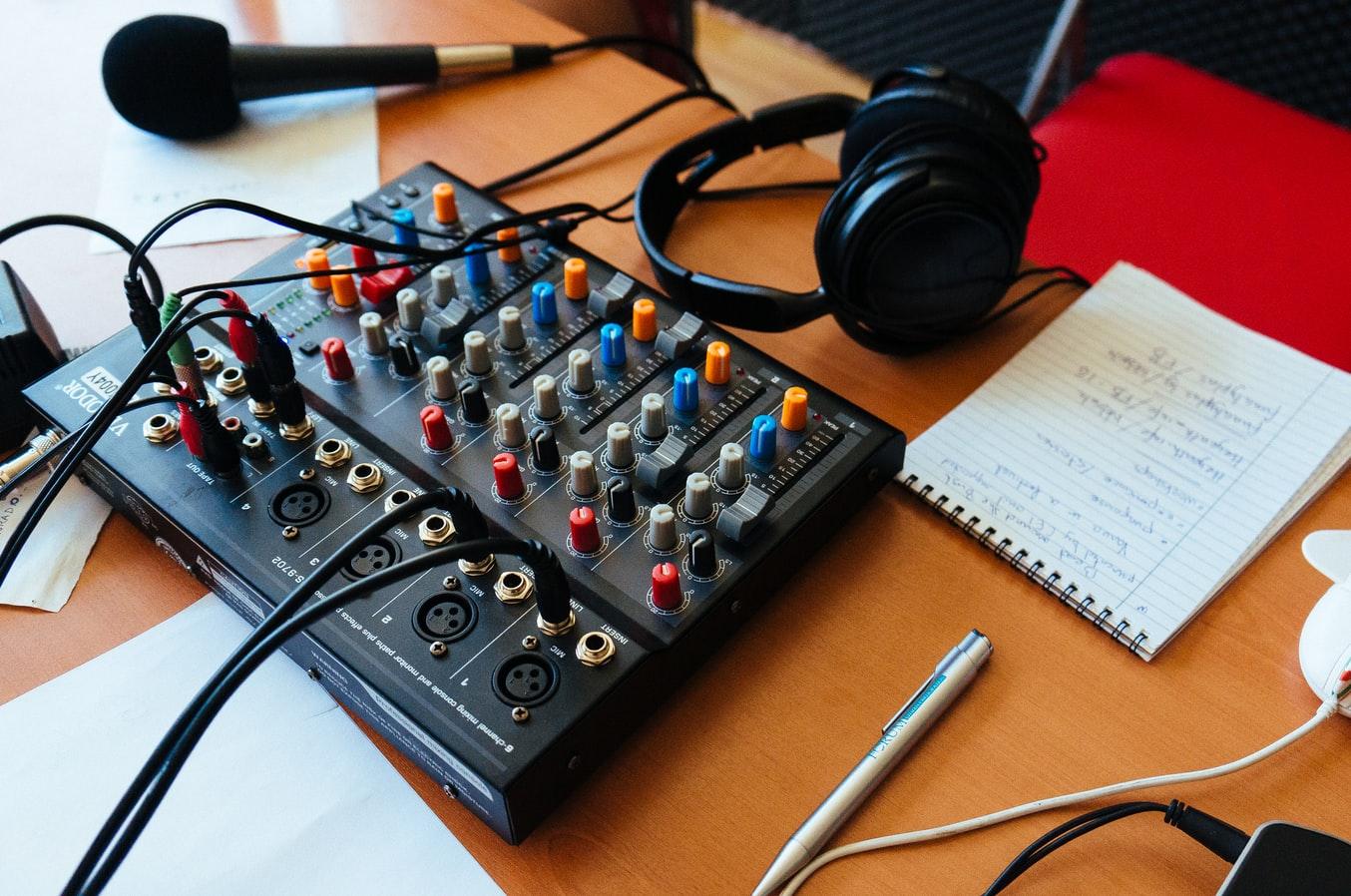 une console de mixage radio